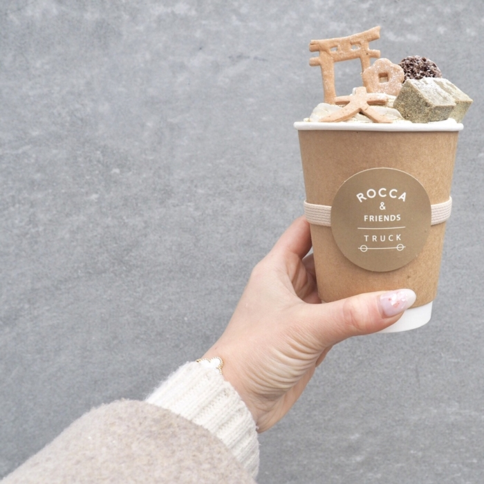 ROCCA AND FRIENDS TRUCKのデザート焙じ茶ラテ。