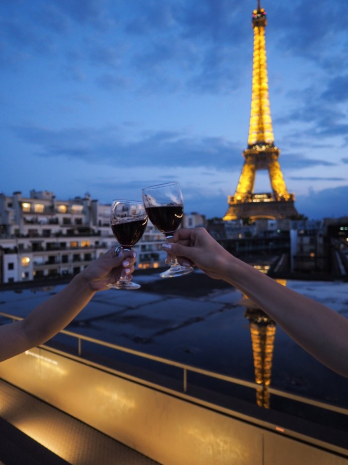 LES OMBRESでエッフェル塔に乾杯。